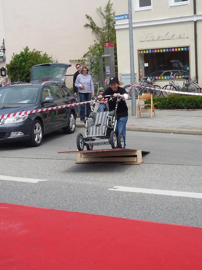 Kinderwagen-Rallye vor der Volvo A.U.F. Showbühne